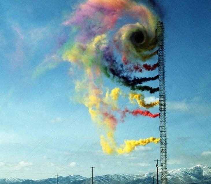 תמונות טבע כובשות עין: עשן צבעוני משוחרר באוויר במסגרת ניסוי לבדיקת זרמי אוויר