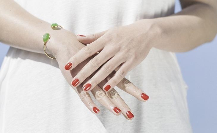 יתרונות הטיפוח של הקולגן: ידיים וציפורניים של אישה מטופחת