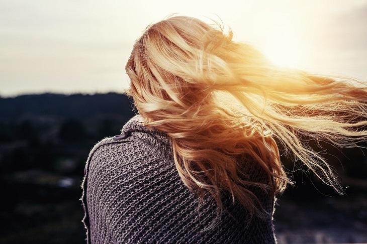 יתרונות הטיפוח של הקולגן: אישה עם שיער מתנפנף ברוח