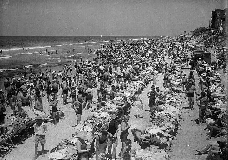 תמונות נוסטלגיות של תל אביב: המונים מבלים בחוף הים - תל אביב 1936