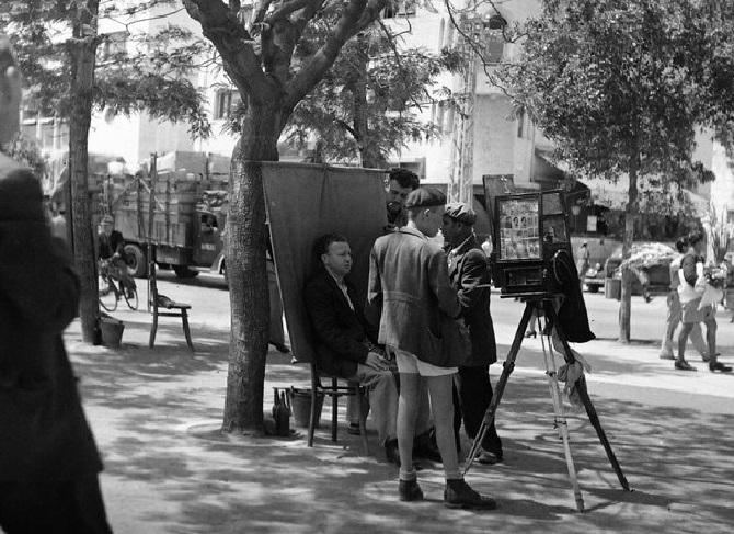 תמונות נוסטלגיות של תל אביב: צלם רחוב בשדרות רוטשילד
