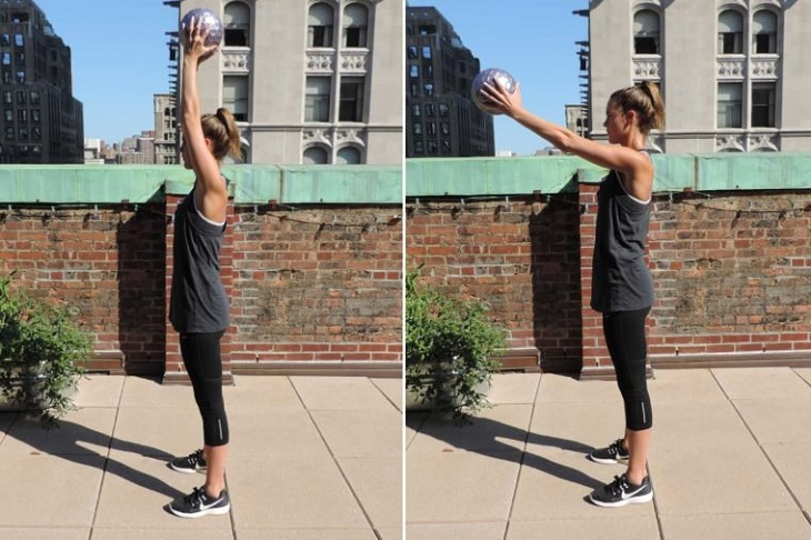 תרגילי כושר לבטן: בחורה עומדת ישר ומרימה כדור