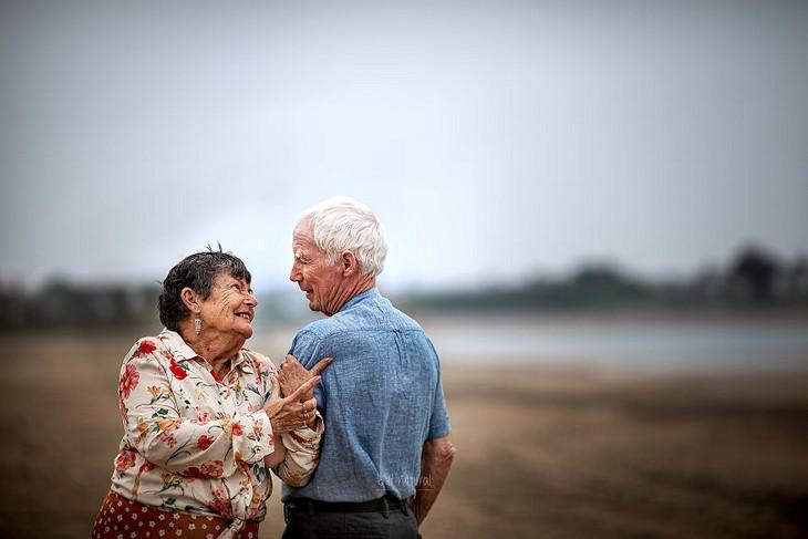 אהבה בגיל מבוגר: גבר ואישה מבוגרים עומדים ונאחזים זה בזה