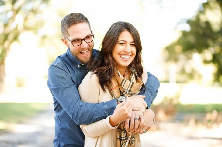 היריון בגיל מבוגר: זוג מאושר ומחובק