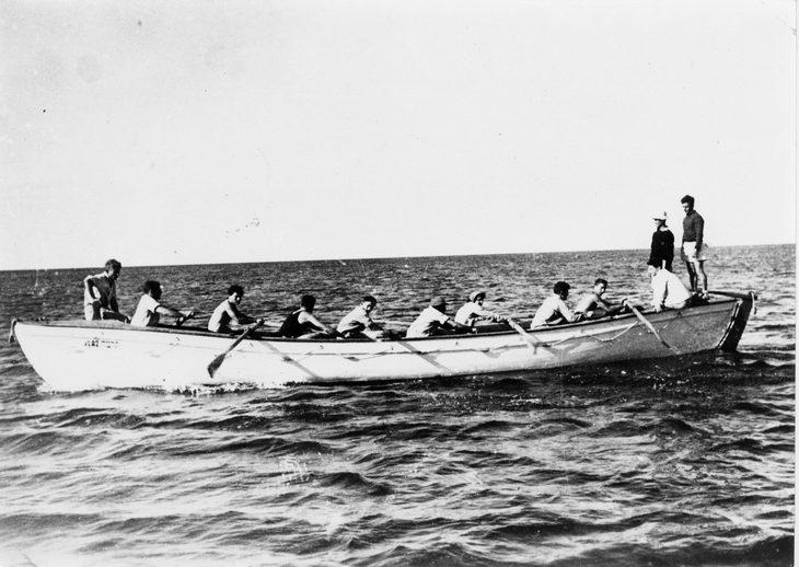 אימוני הים של הפלמח: אנשים בסירות חתירה