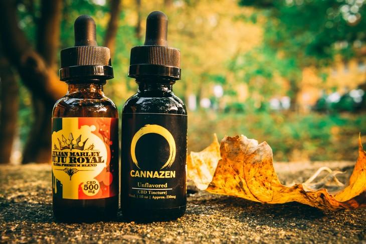 שמנים לטיפול נגד הזדקנות העור: 2 בקבוקי שמן קנאביס
