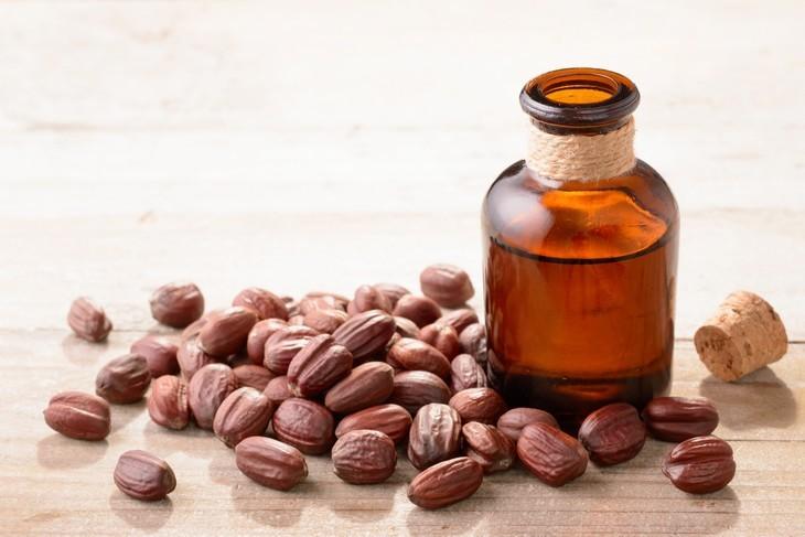 שמנים לטיפול נגד הזדקנות העור: בקבוקון שמן חוחובה