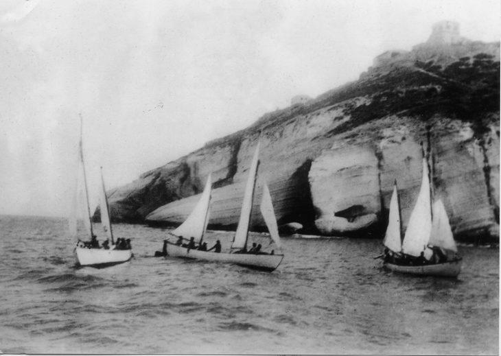אימוני הים של הפלמח: סירות מפרש מול צוק