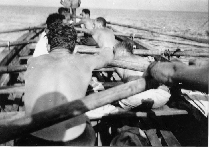 אימוני הים של הפלמח: אנשים חותרים בסירות