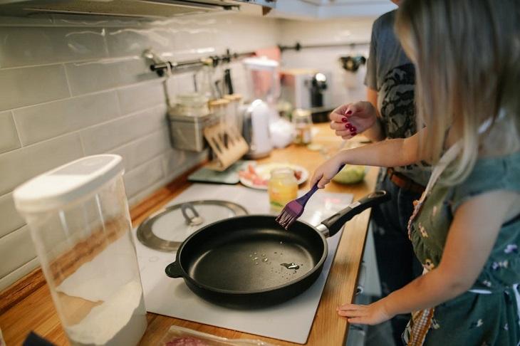 פעילויות מעשירות לקיץ: אמא ובת מבשלות