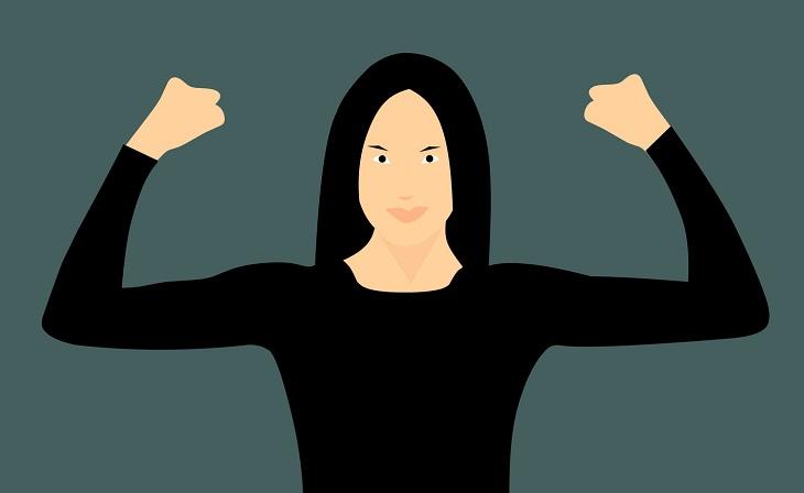 פעולות שפוגעות בביטחון העצמי: אישה מניפה את ידיה ומראה את שריריה