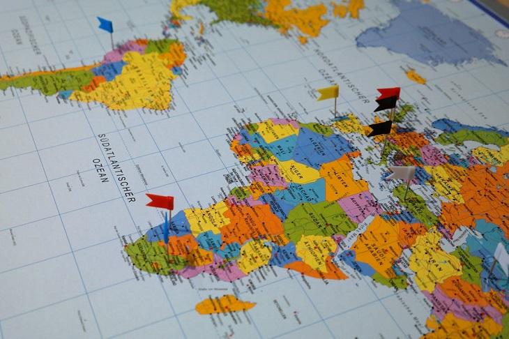 פעילויות מעשירות לקיץ: מפת עולם שיש עליה דגלונים