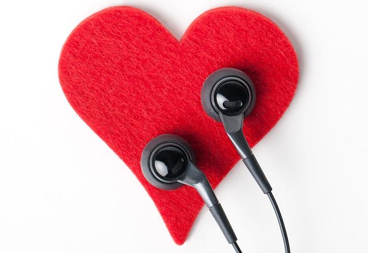 פעולות שפוגעות בביטחון העצמי: זוג אוזניות מונח על חתיכת בד בצורת לב אדום