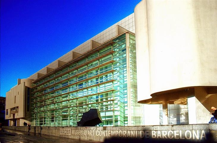 מוזיאונים בברצלונה: בניין המוזיאון לאמנות עכשווית של ברצלונה