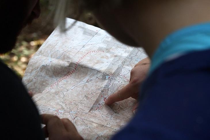 פעולות שפוגעות בביטחון העצמי: אצבע מצביעה על מפה