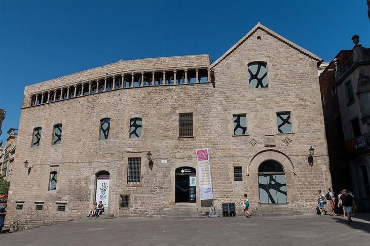 מוזיאונים בברצלונה: בניין מרכז התערוכות של גאודי