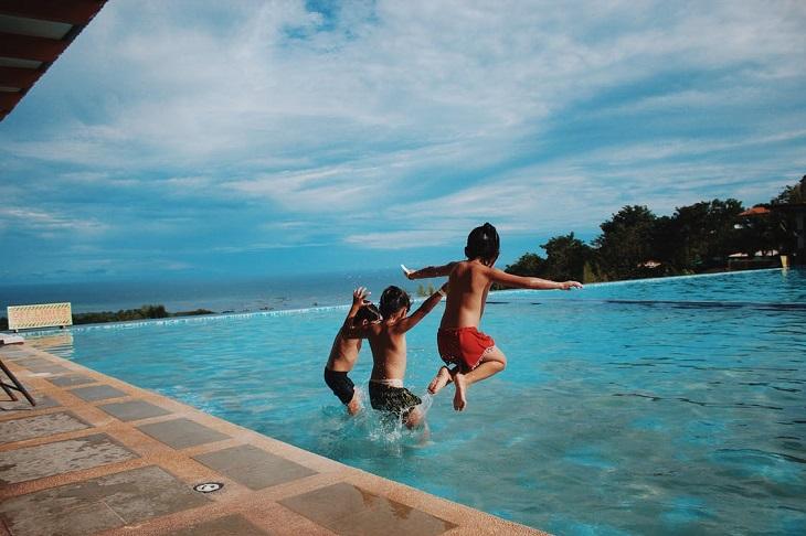 פעילויות מעשירות לקיץ: 3 בנים קופצים לבריכה
