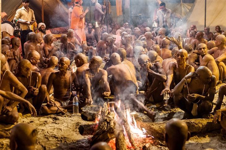 תמונות מפסטיבל הכד בהודו: אנשים יושבים סביב מדורה