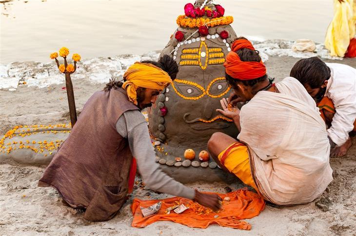תמונות מפסטיבל הכד בהודו: שלושה אנשים יוצרים פסל