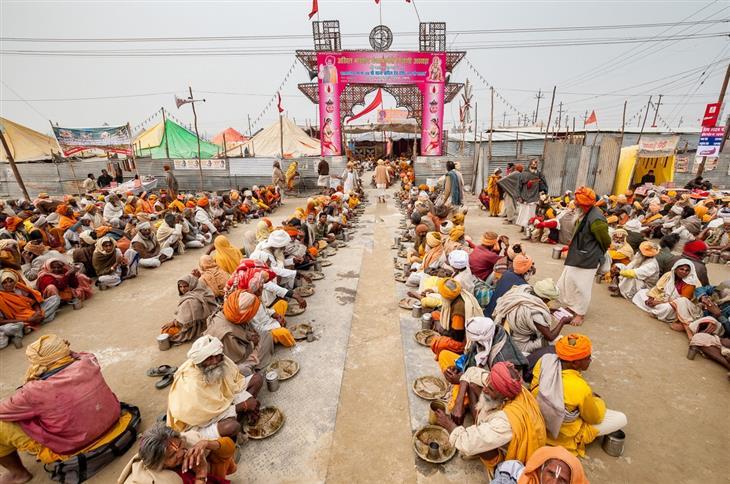 תמונות מפסטיבל הכד בהודו: אנשים יושבים על הרצפה בשורות