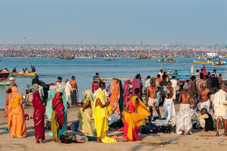 תמונות מפסטיבל הכד בהודו: אנשים מתלבשים ליד נהר