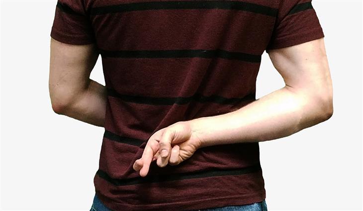 סיבות לבגידה: איש מצליב אצבעות מאחורי גבו