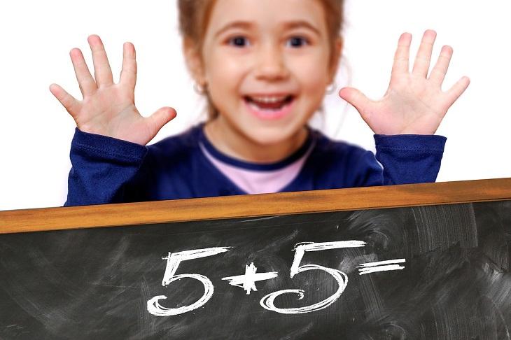 """אתר תרגולון: ילדה מראה עשר אצבעות, ומתחתיה לוח שכתוב עליו """"5+5="""""""