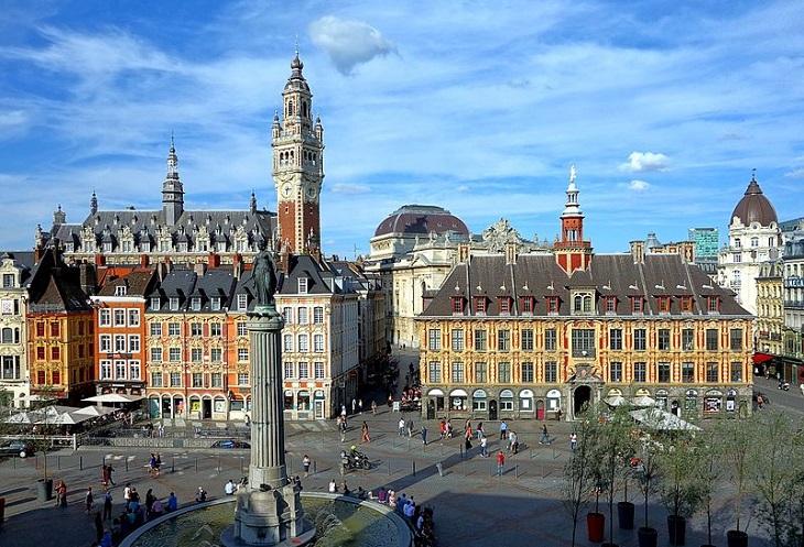 ערים גדולות בצרפת: כיכר מוקפת בניינים בליל