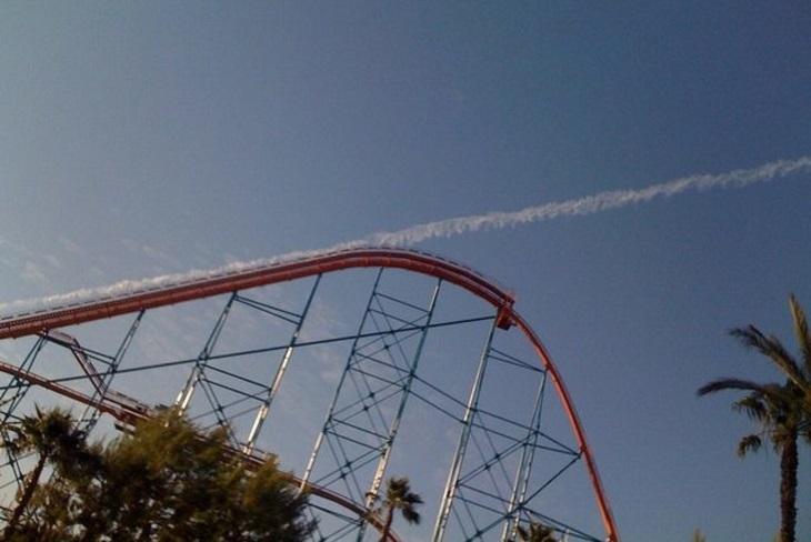 תמונות שצולמו בזמן הנכון: ענן ליד מתקן בפארק שעשועים