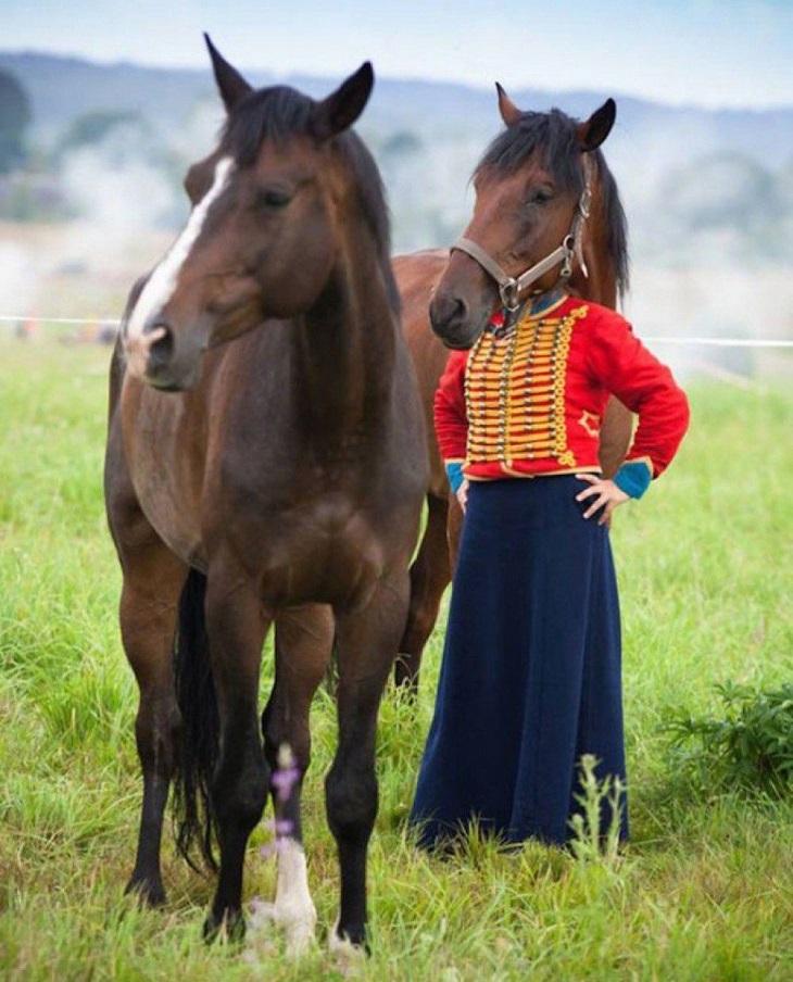תמונות שצולמו בזמן הנכון: סוס ובחורה עם ראש של סוס בשדה
