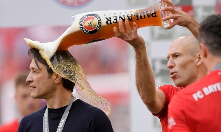 תמונות שצולמו בזמן הנכון: שחקן כדורגל שופך בירה על מאמן
