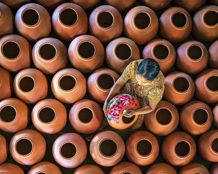 תמונות של מקומות עבודה: אישה עושה עבודת קדרות במיאנמר
