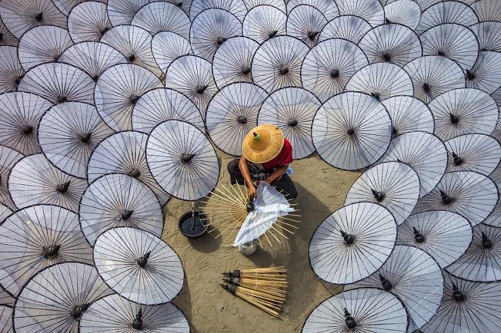 תמונות של מקומות עבודה: אישה מכינה מטריות לבנות במיאנמר
