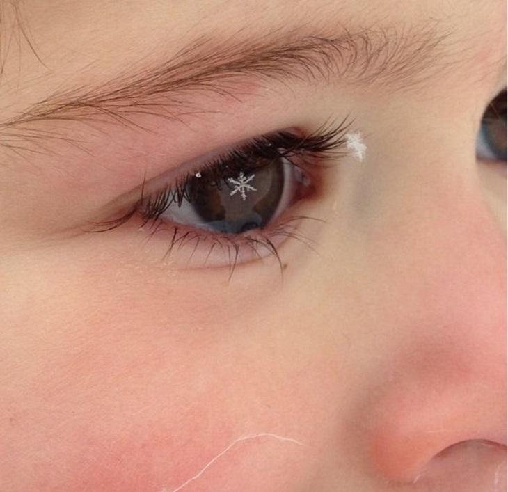 תמונות שצולמו בזמן הנכון: ילדה עם צורה של פתית שלג בעיניים