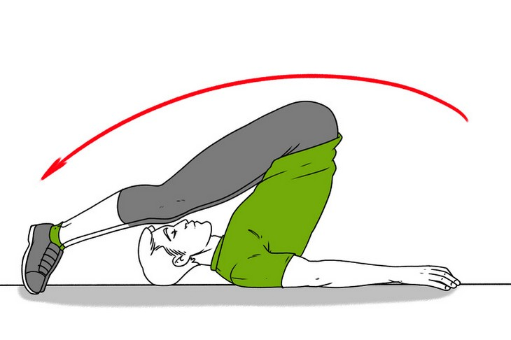 תרגילים לכאבי גב: הדגמה של כיפוף רגליים לאחור