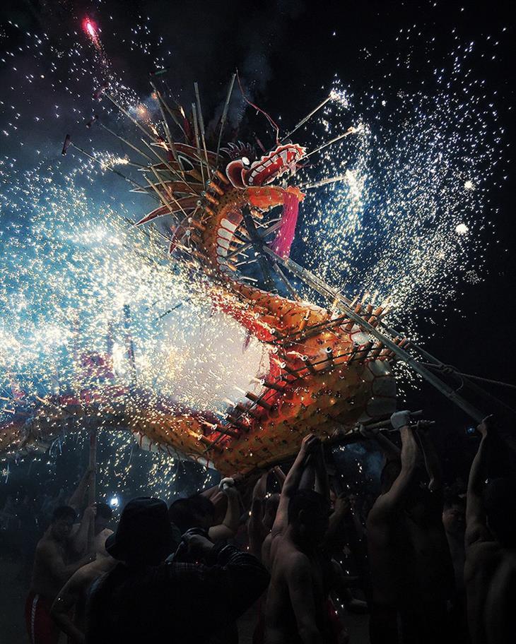 תחרות צילום אייפון 2019: אנשים סוחבים דרקון שממנו יוצאים זיקוקים