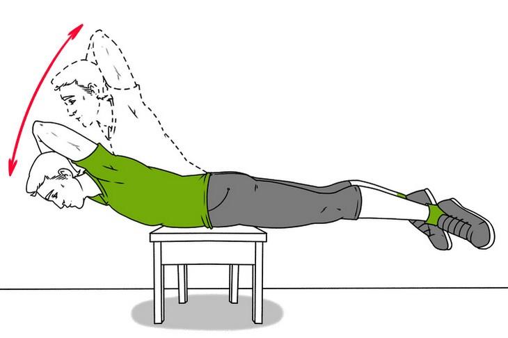 תרגילים לכאבי גב: הדגמה של כפיפות גב על כיסא