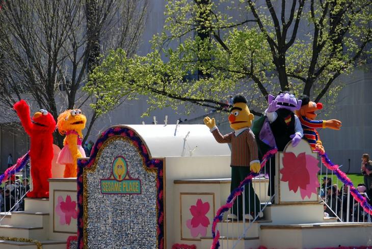 אתרים לילדים בארצות הברית: בובות אדם גדולות של דמויות מצוירות בפארק רחוב שומשום