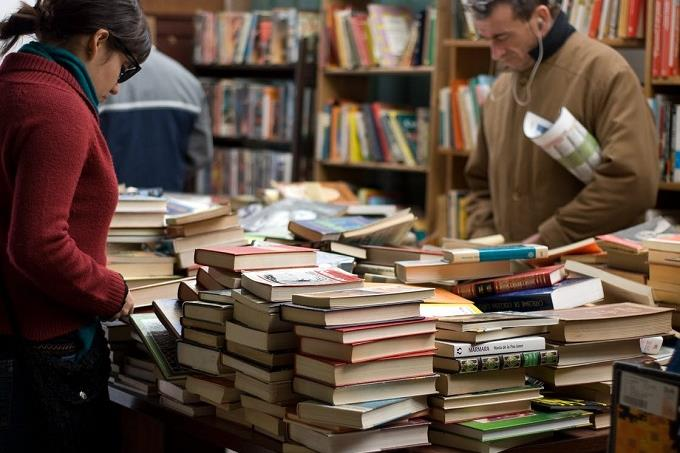 בחן את עצמך: אנשים בחנות ספרים