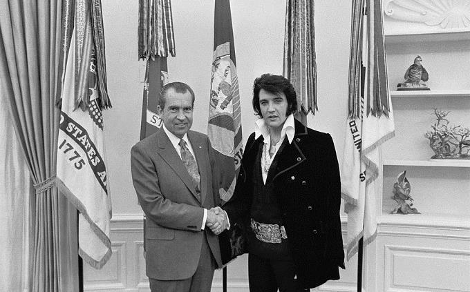 בחן את עצמך: אלביס לוחץ יד לנשיא ארצות הברית ניקסון