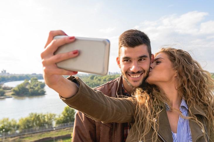 יעדים לחופשה רומנטית: זוג מאושר