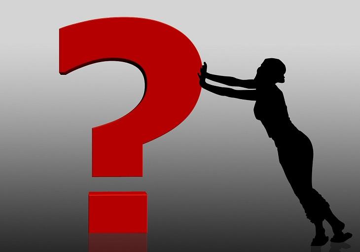 שאלות על תזונה ובריאות ותשובות ממצות להן: איור של צללית אישה המחזיקה סימן שאלה באוויר