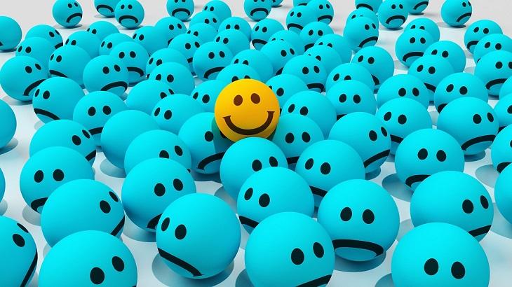 עצות פשוטות לחיים פשוטים: איור של הרבה סמיליים כחולים ועצובים ומעליהם סמיילי אחד צהוב ומחייך