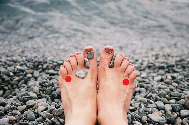 תרגילים לעצירת סחרחורות: כפות רגליים עם אבנים ושתי נקודות לחיצה