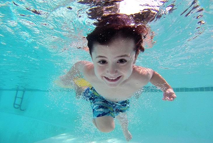 בטיחות בבריכה: ילד צולל במים