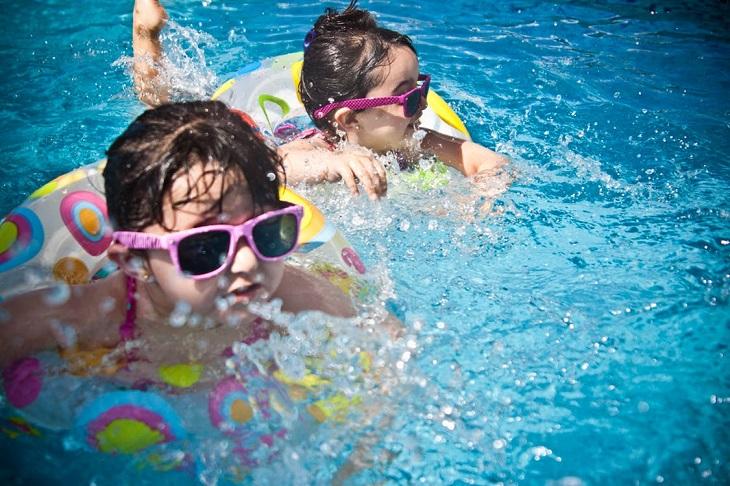 בטיחות בבריכה: שתי בנות בבריכה עם גלגלי ים