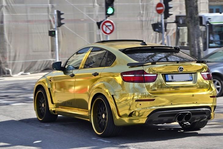 מכוניות מוגזמות: מכונית בצבע זהב