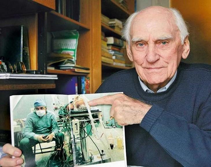 תמונות עם סיפורים מיוחדים: איש זקן מחזיק תמונה של עצמו במהלך ניתוח
