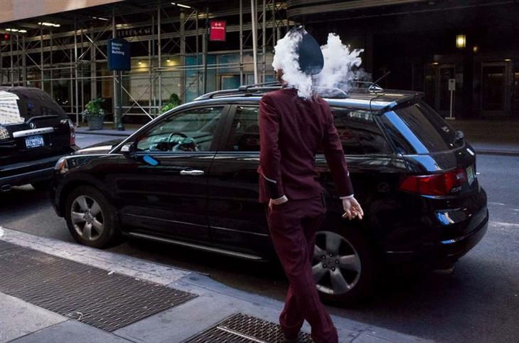 תמונות של צלם רחוב: גבר שנראה כאילו שיש לו עשן במקום ראש