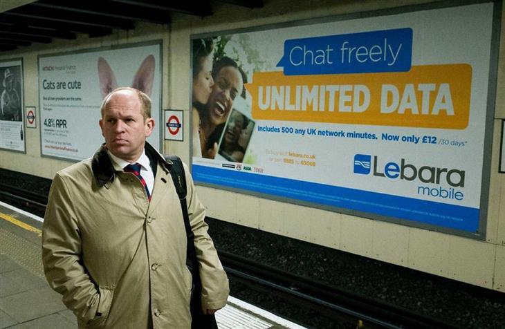 תמונות של צלם רחוב: גבר שנראה כאילו שיש לו אוזני ארנב